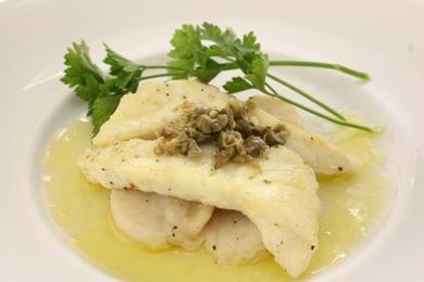 ホタテ貝柱・白身魚のソテー、ケッパーソース添え