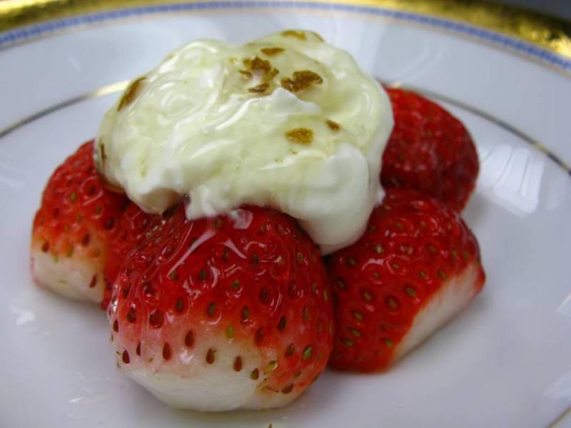 ②白トリフ入り蜂蜜/イチゴのマスカルポーネ蜂蜜のせ