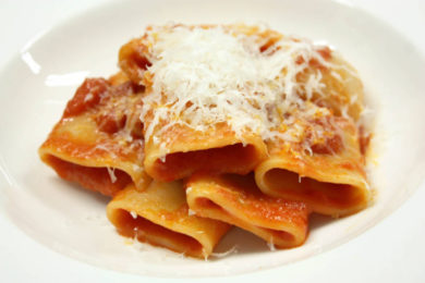 パルミジャーノ・レッジャーノのトマトソースパスタ