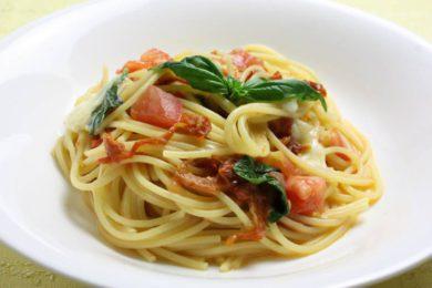 乾燥トマトとフレッシュトマト、モッツァレラチーズのスパゲッティ
